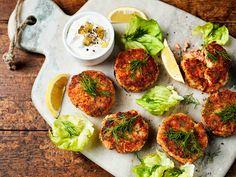 Perunat ja lohi samassa pihvissä! Tillillä ja sitruunalla maustetut mehevät fritterit tarjotaan raikkaan kermaviilikastikkeen kanssa.