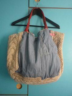 ミシンを踏まず、全て手縫いで仕上げたバッグです。 持ち手は革をダブルに縫ったものです。 冬の肉厚なセーターの生地を使用しています。 縁を刺繍で色とりどりに枠付...|ハンドメイド、手作り、手仕事品の通販・販売・購入ならCreema。