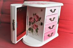 Jewelry box makeover with acrylic paint and napkins