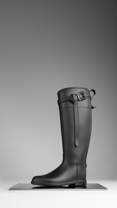 Discover the range of women's boots from Burberry. Shop from a variety of luxury leather boots featuring platforms, biker boots, ankle and riding boots Stylish Rain Boots, Cool Boots, Biker Boots, Riding Boots, Burberry Rain Boots, Equestrian Boots, Burberry Women, Wedge Boots, Hunter Boots