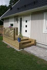 Bildresultat för snygg entretrappa Small Backyard Decks, Backyard Bar, Backyard Retreat, Small Balcony Design, Front Porch Design, Manufactured Home Porch, Patio Stairs, Two Story House Design, Patio Deck Designs