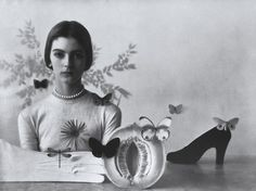 Jeune femme avec fruit, chaussure et papillons   Photo: Irving Penn 1946