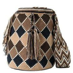 comprar bolso wayuu en madrid, wayuu, croche, bolsos hecho a mano, producto arte. Mochila Crochet, Crochet Tote, Crochet Shoes, Crochet Stitches, Crotchet Bags, Knitted Bags, Tribal Bags, Tapestry Crochet Patterns, Diy Bracelets Easy