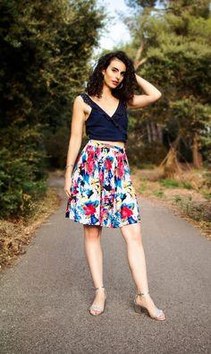 Look femme - crop-top lacé, jupe à fleurs et sandales argents. 459941fa0f5