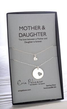 Weihnachts-Geschenk ForMom. Mutter Tochter Halskette Set, Our BEST SELLING Geschenk für Mama in Sterling-Silber *** Einen Satz von 2 Ketten für die Liebe zwischen Mütter und Töchter ***  ---{{ARTIKELDETAILS}}---  Eine Mutter 18mm Anhänger, mit Herzen auf ein 18 Sterling silber Perlen Kette ausgeschnitten. Das zweite Collier hat ein zart Pfund Sterling Herz an einer Kette 16 oder 18.  Die Kette ist auf einer Mutter & Tochter-Karte dargestellt, Die Liebe zwischen einer Mutter und Tochter ist…