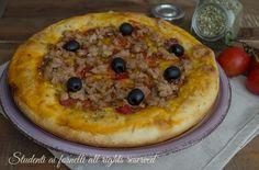 Focaccia tonno e olive nere, focaccia alta e soffice con semola. Buona fredda per gite, cene, pic-nic.