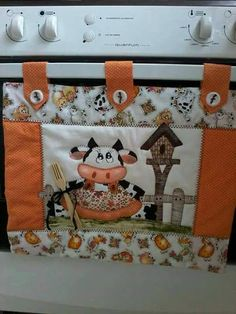 más y más manualidades: Lindas ideas para decorar la puerta del horno o estufa Quilting Projects, Sewing Projects, Kitchen Hot Pads, Cow Kitchen, Kitchen Oven, Appliance Covers, Towel Crafts, Creation Couture, Herd