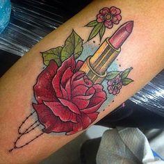 Tatuagem femininíssima esse batom com rosa! Neotradicional feito por ele…