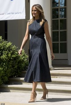 Melania Trump gets a kiss from her husband at Be Best campaign event - Lady Style Trump Melania, First Lady Melania Trump, Milania Trump Style, Denim Midi Dress, Types Of Jeans, Star Fashion, Womens Fashion, Classy Outfits, Designer Dresses