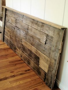 Pallet headboard, I guess I need a separate board for just pallet inspirations since I am developing this obsession with it.I know it's a little more simple than the wood inspirations you had in mind but I think pallet furniture is cool so far i haven't Pallet Crafts, Diy Pallet Projects, Wood Projects, Pallet Ideas, Fence Ideas, Diy Fence, Fence Landscaping, Pool Fence, Fence Gate