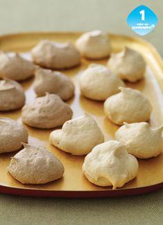 Galletas de Merengue de Chocolate y Vainilla Los Merengues son galletas de clara de huevo que son horneadas a baja temperatura por largo tiempo. Bate las tuyas combinando los dos sabores.