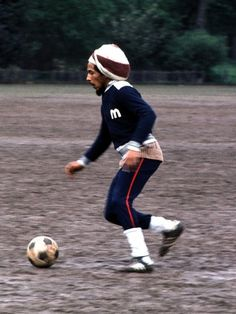 """Bob Marley and his love for football. """"People close to Bob Marley say if he ever had to chose between music and soccer, the guitar would probably lose to the ball. Image Bob Marley, Bob Marley Legend, Damian Marley, Reggae Rasta, Reggae Music, Rasta Man, Soccer Match, Play Soccer, Football Soccer"""