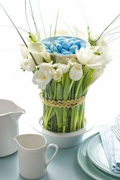 Oster Arrangement mit weißen Blumen und blauen Eiern