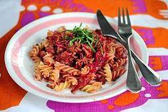 Punajuuri tuo väriä perinteiseen jauhelihakastikkeeseen.