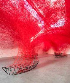 Installatie met rood draad en de frames van boten - EYEspired    senstizing, sociologie, design