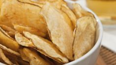 This is a guide about making crisps or potato chips in the microwave. One healthier way to make potato crisps or chips is to use your microwave. Potato Chips Homemade, Microwave Potato Chips, Home Made Potato Chips, Home Made Oven Chips, Nuwave Oven Recipes, Cooking Recipes, Chips Au Micro Onde, Patatas Chips, Crispy Baked Potatoes