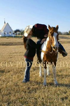 Engagement pictures with horse. Knolle farm & ranch. By: CLV Photography www.clvphoto.com