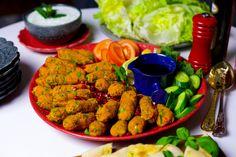 Mercimek köftesi är goda turkiska linsbiffar med bulgur. Kryddiga och smakrika veganska biffar. De serveras gärna som en aptitretare eller som del av en buffé. Man tar en linsbiff och rullar den i ett salladsblad och njuter av smakerna. En mycket omtyckt mezzerätt i Turkiet som kan tillagas på olika sätt. Man kan bland annat pressa potatis i smeten, ha i lite vitlök, citron eller chili. Jag serverar gärna mina biffar med sallad, tsatsiki och en bit bröd. Ca 30 st linsbiffar Biffarna: 4 dl…