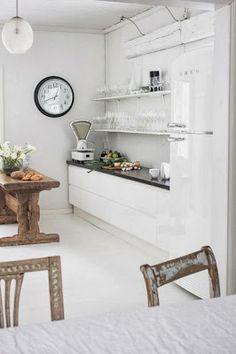 La smeg + el super reloj + el blanco + la balanza + la mesa