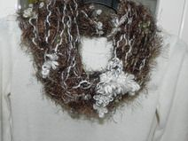 Sciarpa collana fatta a mano con piuma