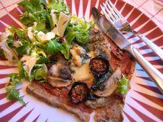 """Kjerstis mat och prat: Glutenfri """"pizza"""" på bönbotten - med fyllning av hemgjord tomatsås, ugnsbakade körsbärstomater, champinjoner, skinka och mozarella"""