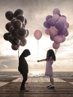 風船を持つ男の子と女の子