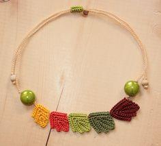 Collier de feuilles asymétrique au crochet par CandyCroch', €21.00