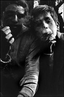 los niños bajo los puentes del Mapocho, de Sergio Larrain 1957 by santiagonostalgico, via Flickr