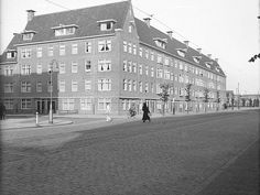 1931. A view of the crossing of Stadionweg and Achillesstraat in Amsterdam-Zuid. The Stadionweg is a street of several kilometers long. It begins at the Apollo Hotel and ends at Stadionplein. The Stadionweg crosses Apollolaan, Beethovenstraat, Parnassusweg and Olympiaweg. Today, the Stadionweg is a busy throughway. Although the it has primarily a residential function, there are number of shops and businesses on the street. Photo Stadsarchief Amsterdam / Nico Swaager. #amsterdam #1931 #Stadionweg Us Stock Market, Socialism, Street Photo, Asd, Old Pictures, Apollo, Crosses, Netherlands, Amsterdam