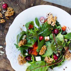 Kein Salat wie jeder andere. Mit fruchtiger Note, karamellisierten Walnüssen, knackigem Spinat und einem feinen Dressing macht er nicht nur satt, sondern auch ordentlich was her.