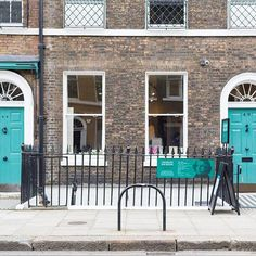 This is the Charles Dickens Museum in Holborn, London. A house he lived in set up much as it would have been when he lived there. I recommend it! (For Paris please see @aparisianmoment and @georgiannalane)  #london #uk #england #charlesdickensmuseum #dickens #greatauthors #house #museum #history #literature #architecture  #europe #travel #travelgram #travelpics #travelphotography #greatcity #destination #prettycitylondon #ilovelondon #travel #visitlondon #bestlondonphotos