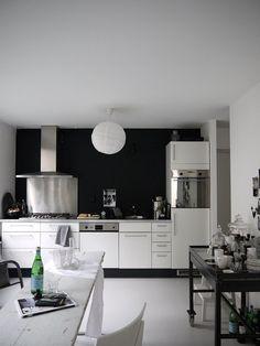 ♥ Oooooh yes. White glossy kitchen, Navy  walls