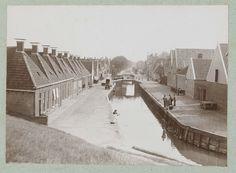 Grachtengezicht met aan weerszijde woningen in Harlingen., attributed to Frits Fontein Fz., ca. 1903