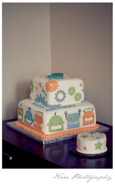 robot cake and smash cake- This is perfect for my nephew! lol But in my family the baby doesn't get the smash cake, he or she smashes the main cake!  Gotta love tradition
