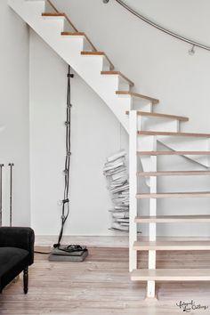 białe schody z drewnianymi stopnicami i żarówki na kablu w aranżacji wnętrz w stylu skandynawskim