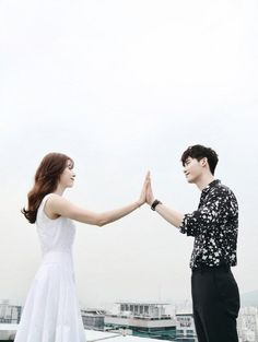 Lee Jong-suk and Han Hyo-joo's picturesque still image has been revealed. MBC's upcoming Wednesday & Thursday drama, 'W' has unveiled the new still image of the two stars, Lee Jong-suk and Han Hyo-joo who headline the drama as Kang Cheol and Oh Yeon-joo. W Korean Drama, Korean Drama Movies, Korean Actors, Han Hyo Joo Lee Jong Suk, Lee Jung Suk, W Two Worlds Art, Between Two Worlds, Korean Couple, Best Couple