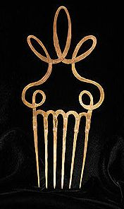 Alexander Calder - hair comb made from brass wire. Alexander Calder, Hair Jewelry, Metal Jewelry, Jewelry Art, Jewelry Design, Jewelry Shop, Wedding Jewelry, Objets Antiques, Vintage Hair Combs