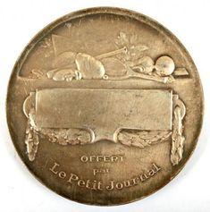Antiga medalha francesa, premiação do Le Petit Jornal, com 5 cm de diâmetro. Fabricada em bronze prateado.