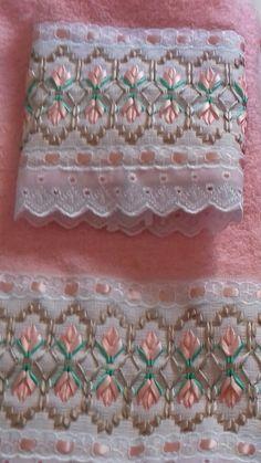 Bordados da leu Swedish Embroidery, Towel Embroidery, Ribbon Embroidery, Embroidery Stitches, Embroidery Designs, Swedish Weaving Patterns, Fabric Origami, Thread Art, Ribbon Work