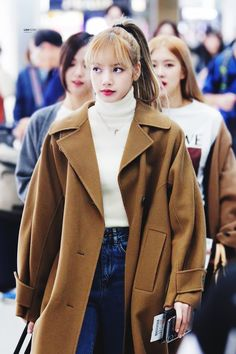 Your source of news on YG's current biggest girl group, BLACKPINK! Kpop Fashion Outfits, Blackpink Fashion, Korean Outfits, Korean Fashion, Casual Outfits, Cute Outfits, Jennie Lisa, Blackpink Lisa, Lisa Blackpink Wallpaper