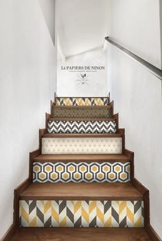 Create sets on your stairs with wallpaper! It's the deco idea of ​​Saturday! Energize your stairs with wallpaper! Graphic and aesthetic, it's the deco idea of ​​Saturday! Painted Stairs, Decoration Inspiration, Interior Decorating, Interior Design, House Stairs, Basement Renovations, Staircase Design, Home And Deco, Home Staging