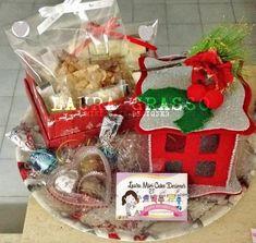 Composizione natalizia tra biscotti, croccanti e praline di cioccolato
