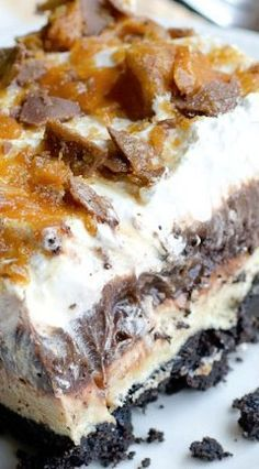 Aug 2015 - This is the BEST chocolate pudding Oreo dessert! This Chocolate Oreo Peanut Butter Dream Dessert is an Oreo crust with layers of chocolate pudding and peanut butter cream cheese topped with whipped cream and crushed 13 Desserts, Pudding Desserts, Chocolate Desserts, Chocolate Oreo, Delicious Desserts, Yummy Food, Chocolate Pudding, Layered Desserts, Chocolate Smoothies