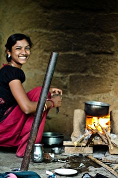 Outdoor Kitchen yet that sunny smile! Indian Women Painting, Indian Paintings, Steve Mccurry, Indian Village, Art Village, India Culture, Tea Culture, Mother India, India Images