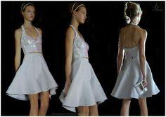 Bustier con cortes iridiscentes, falda circular asimétrica, miniclutch de vinil iridiscente