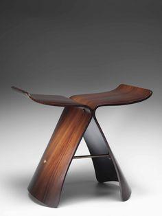 """Taburete Butterfly o Butterfly stool, de Sori Yanagi, diseñador japones. """"Atemporal por su simplicidad, icono de elegancia desde 1956, combina formas inspiradas en el arte tradicional japonés con técnicas occidentales de modelado de contrachapado, consigue un equilibrio entre formas elegantes y ligereza visual y una proporción y simetría perfectas. Las líneas minimalistas de su diseño nos recuerdan al revoloteo de una mariposa"""""""
