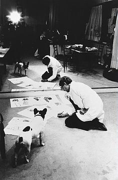 Yves Saint-Laurent et son chien Moujik, dans son studio de création