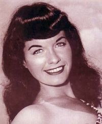 Queen Pin Up girl - Bettie Page Cabelo Pin Up, Peinados Pin Up, Louise Brooks, Rockabilly, Bettie Page Photos, Playboy, Pin Up Photos, Calendar Girls, Pin Up Hair