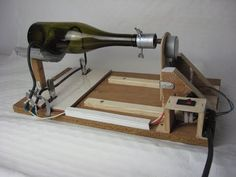 Como hacer una máquina para cortar botellas de cristal, con resistencia eléctrica. RamosElectroDron - YouTube Bottle Cutter, Glass Cutter, Wine Bottle Art, Wine Bottle Crafts, Diy Bottle Lamp, Cutting Glass Bottles, Recycled Bottles, Fused Glass, Woodworking Crafts