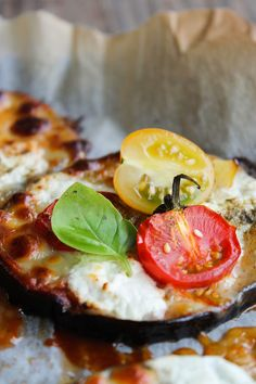 Pizza alle melanzane, pomodoro e mozzarella Aubergine Pizza, Eggplant, Tomato Mozzarella, Mediterranean Recipes, Pizza Dough, Caprese Salad, I Foods, Vegetable Pizza, Camembert Cheese
